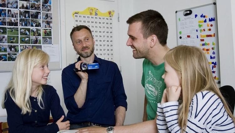 Lærer og elever filmet under et MarteMeo forløb i skole.