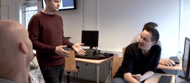 Mate Meo giver elever selvtilld viser stort projekt på Roskilde Tekniske Skole.