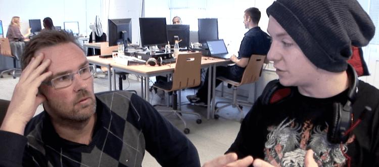 Elevers selvtillid øges efter Marte Meo forløb. Billede: Lærer og elev i samtale på Roskilde Tekniske Skole