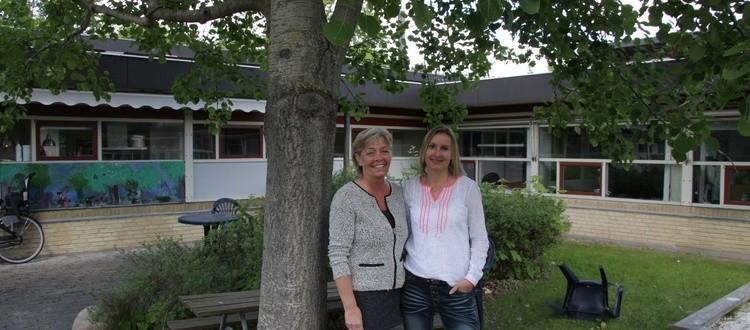 To pædagoger står foran et træ uden for PPR i Greve