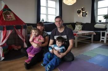 Marte Meo Familiekurser. Billede far og mor og to børn.