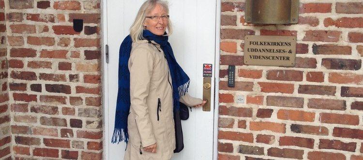 Inger Hartelius på vej ind til konference i gerontopædagogik i Løgumkloster. Inger holdt foredrag om gerontopædagogik i et Marte Meo perspektiv.