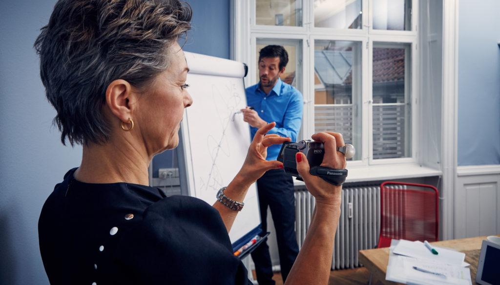 Ulla Nedergaard på arbejde med sit kamera. Alle lærerestuderende i København skal snuse til Marte Meo.