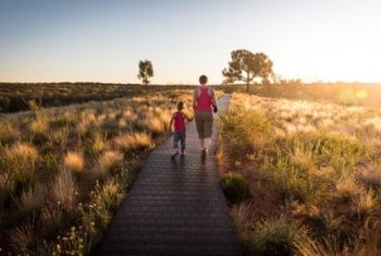 Mor og barn går hånd i hånd i naturen. Arkiv foto til artikel om Low Arousal og Marte Meo.